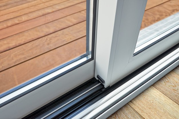 Advantages and Disadvantages of Vinyl and Wood Window Frame Materials