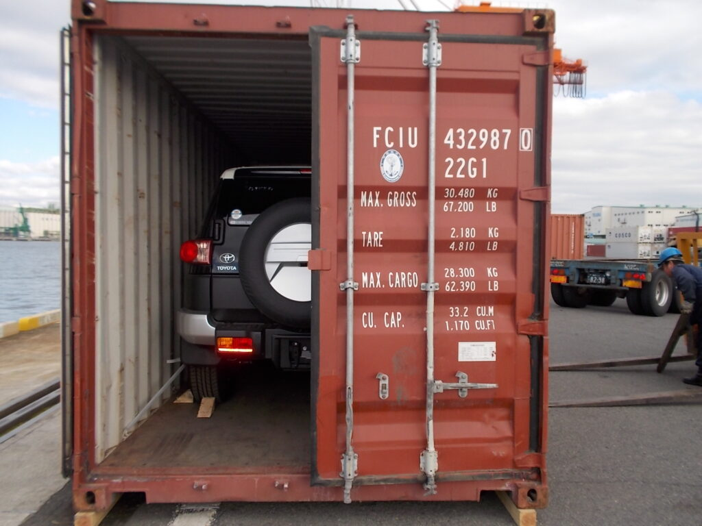Best Tips for Load Cars in Containers for Shipping Purpose