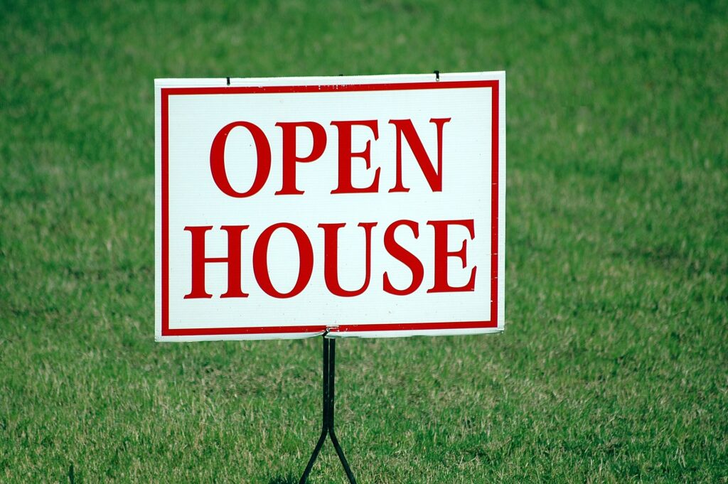 """An """"open house"""" sign when selling a house in Coral Springs."""
