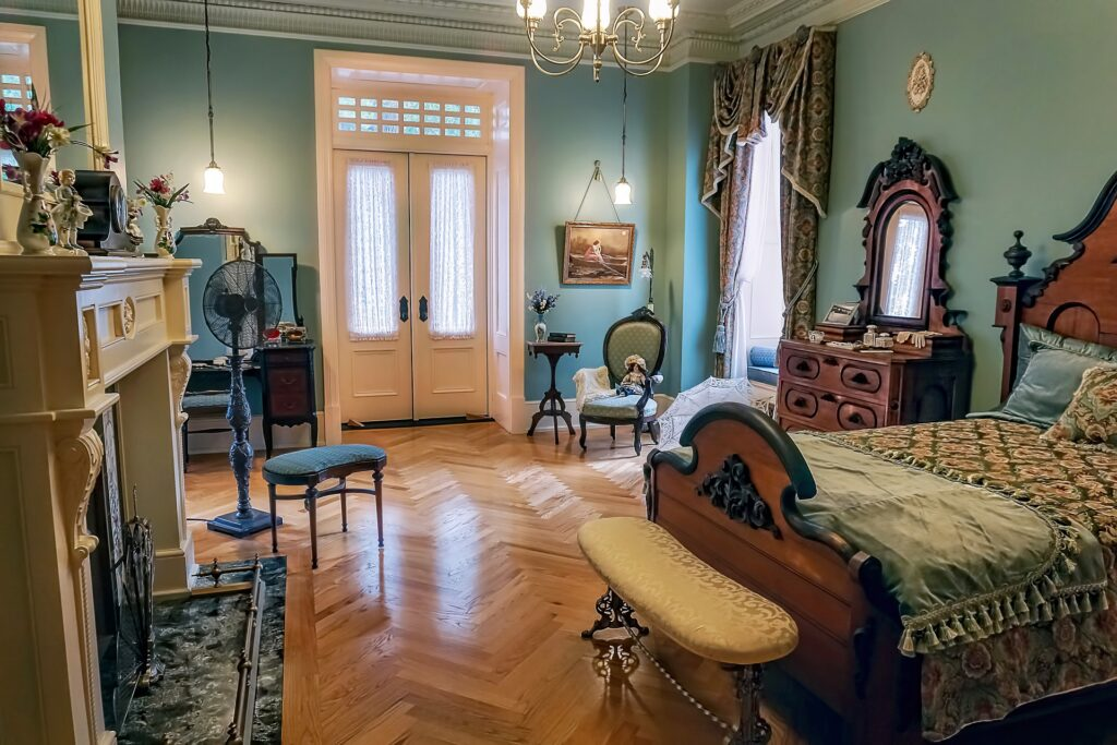 What Are The Things To Consider To Sell Antique Furniture?